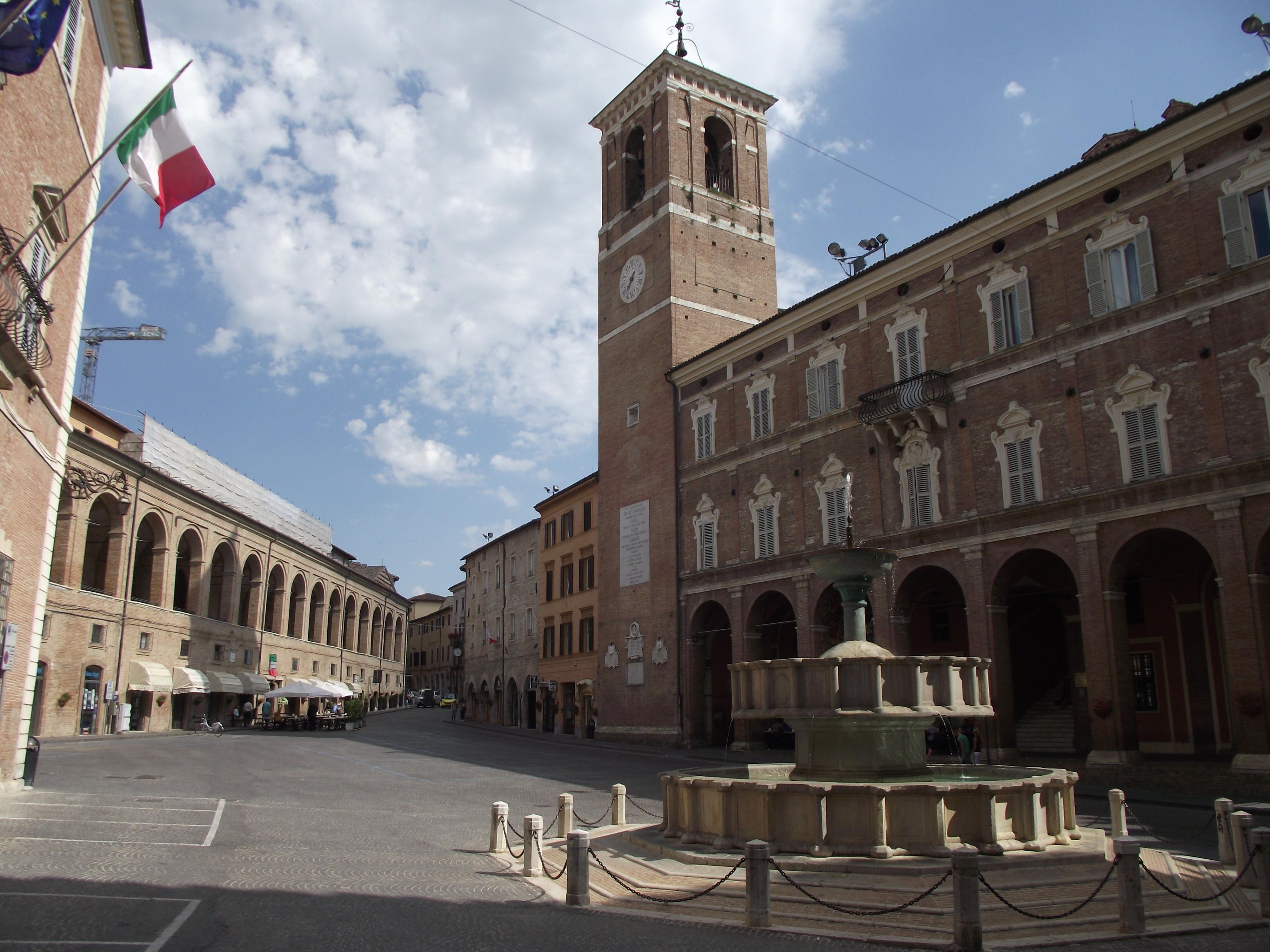 Fabriano,_Piazza_del_Comune_(3)
