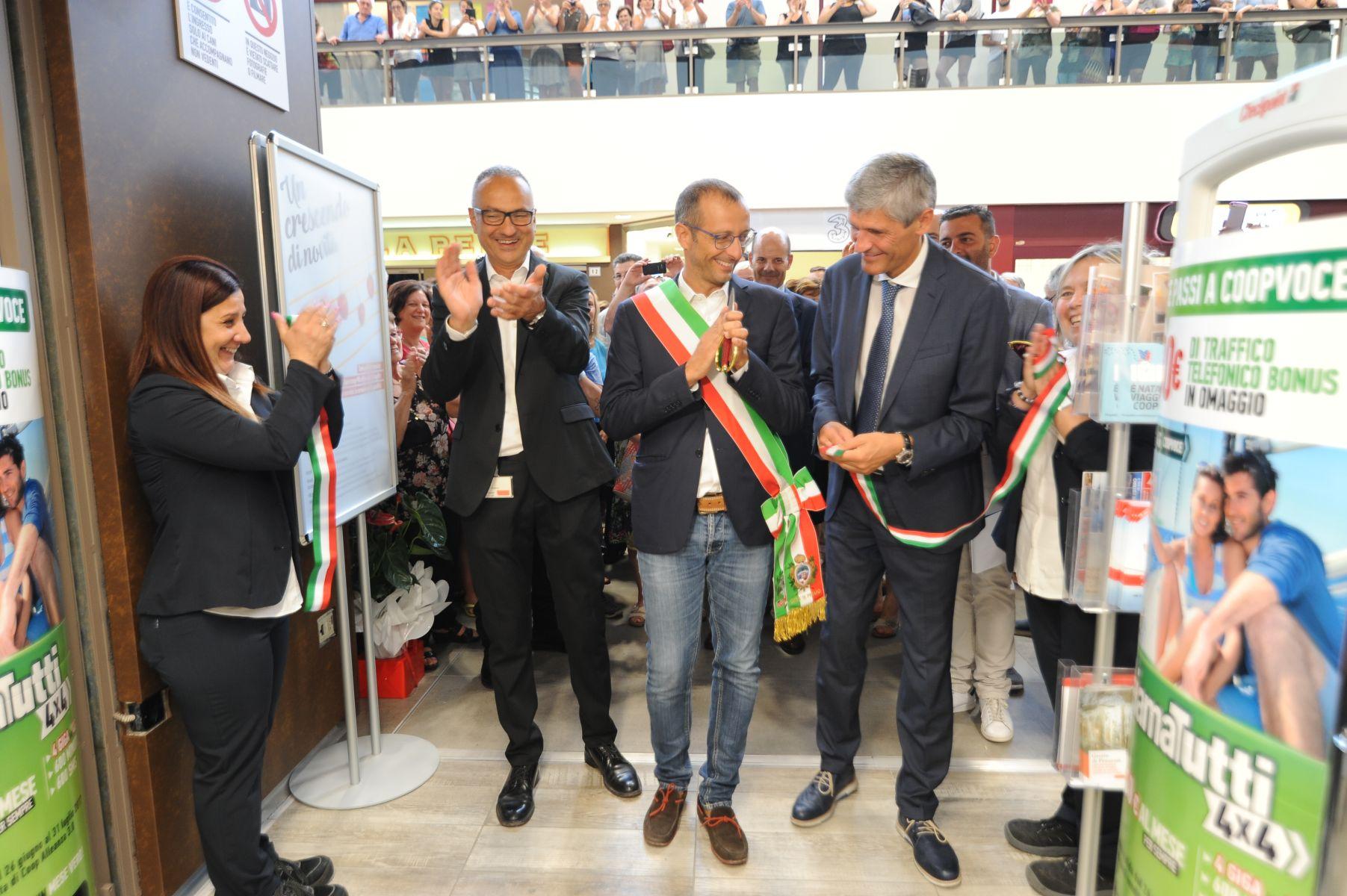 da_sx_il_direttore_ipercoop_Angelo_bedetti_sindaco_Matteo_Ricci_ad_gestione_coopaleanza3.0_Massimo_ferrari